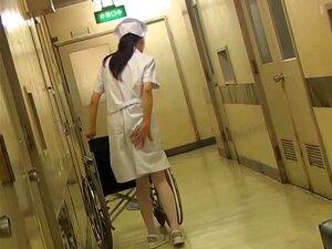 Enfermeira Com Cadeira De Rodas Tem Seu Fundo Sharked Por Trás, Enfermeira Cute Estava Andando Ao Longo Do Corredor Da Clínica Com A Cadeira De Rodas. Nossa Lascivo Homem Que Ela Tinha Um Corpo Bonito Por Baixo Do Uniforme E Decidiu Levantar A Saia Por Tr Porn
