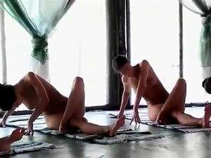 Seis Senhoras Magras Fazem Exercícios Matinais Nuas, Contemplam Os Corpos Deslumbrantes De Seis Raparigas Maravilhosas Nos Trópicos Enquanto Participam Numa Concentração Mental. A Flexibilidade E As Mamas São Super Boas. Porn