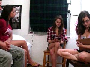 Adolescentes Sensuais Que Fazem Os Rapazes Virarem-se. Adolescentes Da Realidade Escaldante A Fazer Os Rapazes Virarem-se Para As Luvas De Borracha Porn