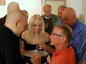 Bussinesmen Velho Fode No Jovem Empregada De Grupo Em Um Conselho Porn