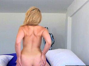 A Madura Sensual Apanhada Na Praia Gosta De Ter Pus. Sexy Madura Apanhada Na Praia Gosta De Ter A Rata E A Garganta Perfuradas Por Um Jovem Com Um Pénis Grande. Porn