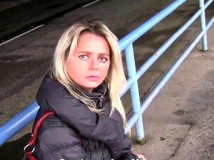 Cabra Loira, A MILF Checa Foi Buscar à Estação De Autocarros. Porn