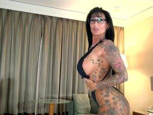Mamas Grandes E Amadoras Alemãs Tatuagem Milf Com óculos Seduziu Um Rapaz Do Hotel Porn