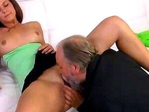 """Marlene é Uma Mulher Sexy Jovem Sentado No Colo De Seu Velho """"sexy"""" Porn"""