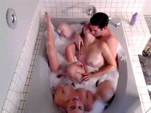 Tomar Banho Em Câmara Lenta Em Três, Uma Miúda Busty E A Sua Namorada Sexy Tomam Um Banho Sexy Com Um Tipo Que Fode Com Os Seus Maricas. Porn