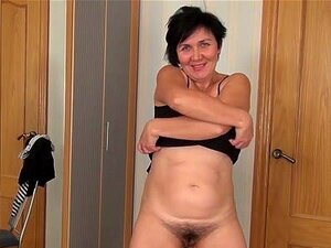 Yulya Em Filmes De Masturbação-AtkHairy. Yulya é Um Pouco Mais Velha E Um Pouco Mais Ousada. Ela Faz Uma Strip-tease Sexy, E Depois Começa A Mostrar A Sua Rata Peluda Envelhecida. Esta Mulher Madura Tem Uma Bela Rata Peluda E Abre-a Bem, Masturbando-se Pa Porn