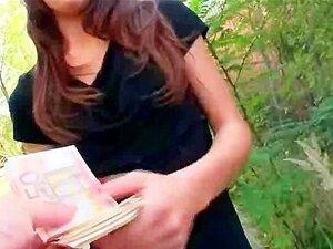 Doce Garota à Procura De Euro Compromete-se A Comer Em Algum Lugar Ao Ar Livre Para Algum Dinheiro Porn