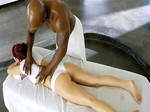 A Miúda Das Massagens é Apanhada Por Dois Negros. Porn