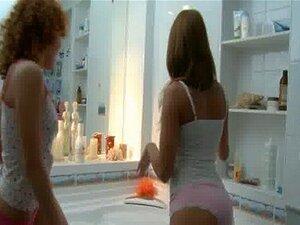 Impressionantes Frescas Meninas Lésbicas Se Divertindo No Banho Porn