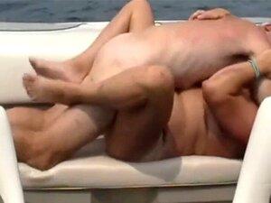 Merda De Barco. Mulher A Bater Num Barco Porn