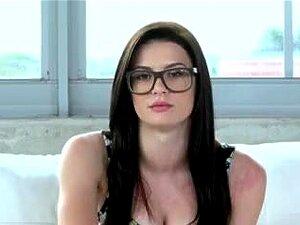Linda Teen Com Buceta Suculenta Obtém Bateu Em Um Casting Porn