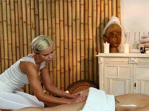 Salas De Massagens A Teen Tem Um Corpo Doce Oleado Por Uma Jovem Massagista Lésbica. Porn