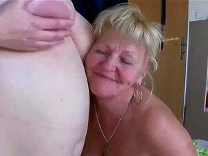 As Senhoras Do Velho Busty Estão A Divertir-se Com O Strapon. Senhoras Amadoras E Maduras Estão A Brincar Com Estacas E Vários Brinquedos Sexuais Encontram Este Vídeo Na Nossa Rede Porn