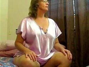 Uma Mulher Madura Na Webcam, Uma Mulher Amadora Madura A Fazer Um Vídeo Da Webcam. Um Programa De Webcam Feito Por Uma Dona De Casa, Usando Brinquedos Enormes, Fazendo-a Vir-se. Mais Donas De Casa Porn