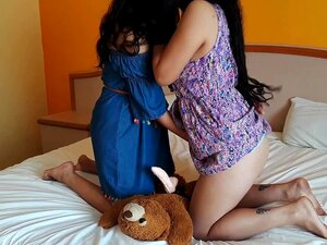 A Ensinar A Minha Meia-irmã A Brincar Com A Minha Ursinha Agatha Dolly Porn