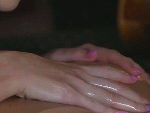 Massagista Loira Faz Morena Cums, RUB Massagista Loira Sexy Oleado Buceta Gata Morena Peituda Sexy E Dedos Ela Ao Orgasmo Então Deixa O Dedo Dela, Até Ela Ter Orgasmo Na Sala De Massagem Porn