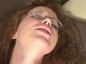 Ruiva Busty Com Óculos A Masturbar-se Num Sofá. Ela Parece Uma Rapariga Inocente E Ingénua, Mas Não A Deixes Enganar-te Por Um Segundo Quando Está Sozinha, Ela Gosta De Jogar Sujo, Olha Para Ela Com Aquele Enorme Vibrador Na Sua Rata. Porn