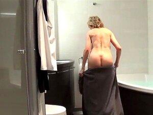 A Infiel Britânica Madura, Lady Sonia, Mostra Os Seus Cachorrinhos Monstruosos. A Mulher Bissexual De Peito Completo, Lady Sonia, Brinca Com Os Seus Grandes Natais E Masturba-se Com Gatinhos Macios Em Lingerie. Porn