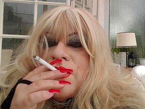Natassjja Fumando Travestis Unhas Vermelhas Compridas, Cruzador Unhas Vermelhas Compridas Batom Vermelho Fumando Porn
