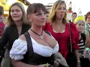 Peitos Alemães No Festival De Outubro, Festival De Outubro é O Lugar Para Ir Se Você Gosta De Salsichas, Bom Urso E Mulheres Sexy Em Vestidos Tradicionais Que Revelam Enormes Decotes, Como Os De Garçons De Escola Velha. O Voyeur Estava A Ver Algumas Das M Porn