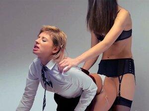 Vibrador Enorme Em Suas Mãos, Tentando Primeiro Sexo Girl2girl Porn