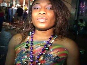 Meninas Negras De Descascamento, Piscando E Recebendo Seus Seios Pintados Porn
