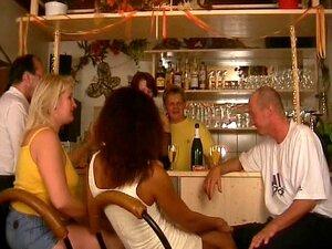 Refrigeração No Bar Se Transforma Em Sexo Em Grupo - Inferno Produções Porn