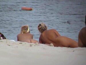 Beleza Nua Que Está Dormindo Na Praia Da Câmera Voyeur Porn