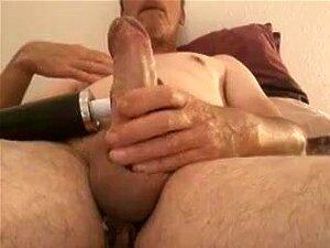 O Velho Gay Está A Masturbar-se Neste Vídeo Pornográfico, O Gay Masturbate Mostra Um Velho Amador A Ser Maroto. Ele Está A Masturbar-se. Porn