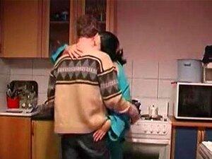 Rapaz Fode Com Tesão Da Dona De Casa Na Cozinha Porn