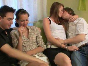 Vinho E Festa De Sexo Em Grupo, Dois Casais Adolescentes Quentes Se Reúnem Para Uma Conversa Amigável E Bebidas, Mas As Coisas Ficam Muito Quente E Pesado Após A Primeira Garrafa De Vinho é Terminado. Os Rapazes Começam A Despir As Suas Namoradas Bonitas  Porn