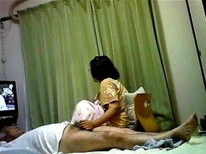 Mulher Asiática Madura Dá Seu Marido Uma Punheta Enquanto Assiste TV, Um Vídeo Muito Engraçado Que Mostra Como Maduras Pessoas Japonesas E O Mais Velho No Japão Desfrutar Do Sexo. Ela Brinca Com O Pau Dele Enquanto Ela Assiste TV E Ele Encontra-se Em Cima Porn