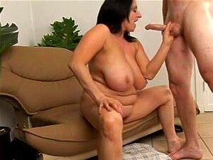 O Rapaz A Comer Uma Puta Morena, Morena, é Curvada Ao Estilo De Cão E Fodida Com Força Na Sua Rata Velha Por Um Pau Duro Enquanto As Suas Mamas Enormes Saltam. Porn