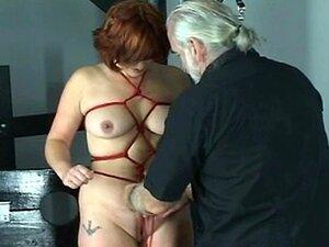 Sub Chefe Vermelho Obtém Seus Braços E Peitos Delimitados Porn