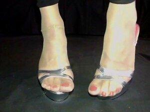 Cd Tan Nylon Feet Show E Big Dildo. Crossdresser Mostra Solas De Nylon Bronzeado E Pés Em Saltos Altos Com Uma Grande Peça De Dildo Porn