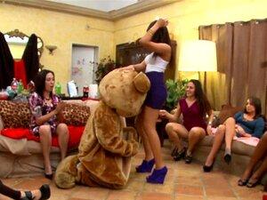 Festa De Despedida De Solteira Dos Ursos Dançarinos Da Remy Com Strippers Do Sexo Masculino. Porn