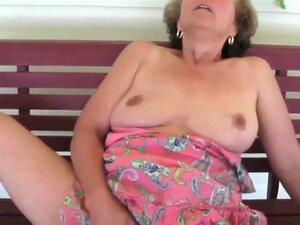 Fiz Um Vídeo De Masturbação Amador Sensual, O Meu Vídeo Amador A Solo Mostra-me A Esfregar O Meu Castor Adulto Desleixado, Enquanto Um Vibrador Está Preso No Meu Cu. Porn