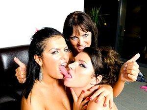 Strip Poker, Ali! As Putas Giras E Três Tipos Que Convidam A Casa Para Jogar Strip Poker. O Jogo Rapidamente Se Tornou Uma Orgia De Mamas Grandes, Chupando Conas E Pilas, E Fodendo Essas Ratinhas Apertadas! Pobre Moisés Foi Perdido Naquela Massa De Fêmeas Porn