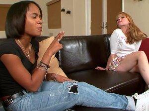 Carolina West Está Visitando Sua Namorada, Quando Ela Acidentalmente Deixa A Porta Da Casa De Banho Destrancada, Permitindo Que O Pai Da Garota Para Entrar Em Cima Dela, Sentado Na Casa De Banho, O Que Lhe Deu Uma Ereção Instantânea! Uma Vez Que Viu O Seu Porn