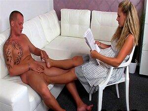 Agente Feminina A Fazer Trabalho De Pés Na Pila Mole Porn