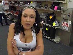 A Busty Latina Resolve Sexo Por Dinheiro Depois De Ser Apanhada A Vender Telemóveis Roubados. Uma Amadora Latina Tenta Vender Telemóveis Roubados, Mas é Apanhada A Chupar Pilas E A Comer O Dono Da Loja De Penhores. Porn