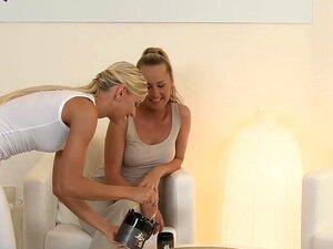 """Ação De Massagem Threesome Lésbico, Dois Massagistas Loiras, Que Ambos Vestidos De Brancos Leggings E T-shirts Dando Massagem Com óleo De Bude Loura """"sexy"""" Do Cliente, Em Seguida, Eles Têm Ação Trio De Lésbicas Porn"""