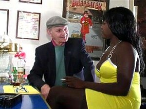 A Puta Do ébano Inter - Racial Fodida Por Dois Brancos Excitados. A Empregada Negra é Fodida Anal E A Rata é Perfurada Por Dois Tipos Brancos E Mais Velhos, Neste Vídeo Amador Interracial A Três. Porn