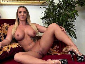 O Anão Busty Toma Um Duche Esquisito. Porn