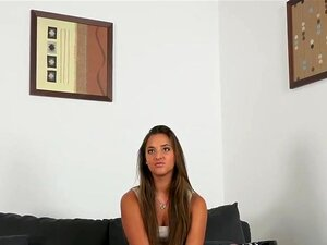 Modelo Bronzeado Leva Creampie Na Carcaça, Beautiful Bronzeado E Cabelos Compridos Moreno Modelo Depois De Fundição Entrevista Com Falso Agente Recebe Seu Pau Duro Em Sua Xoxota Depilada Até Creampie Porn